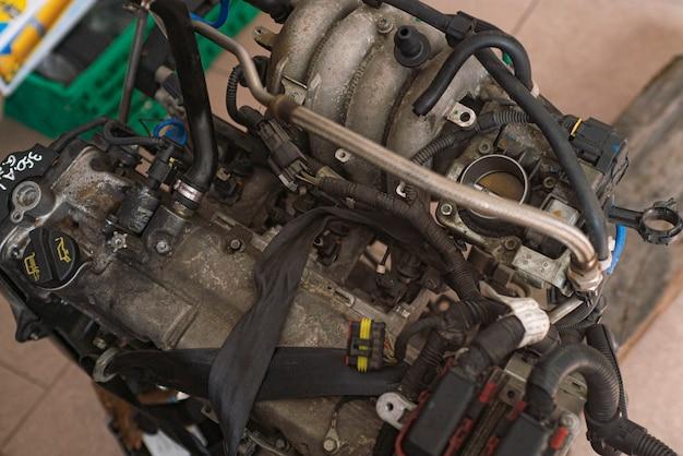 폐차장에서 오래 된 깨진된 자동차 엔진의 세부 사항