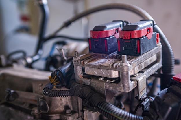 Деталь блока управления эбу двигателя старого автомобиля