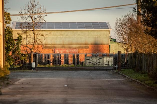 日没時の旧工業地帯の建物の詳細