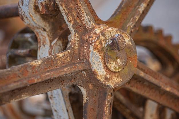 빈티지 산업 기계의 오래 된 녹슨 기어의 세부 사항