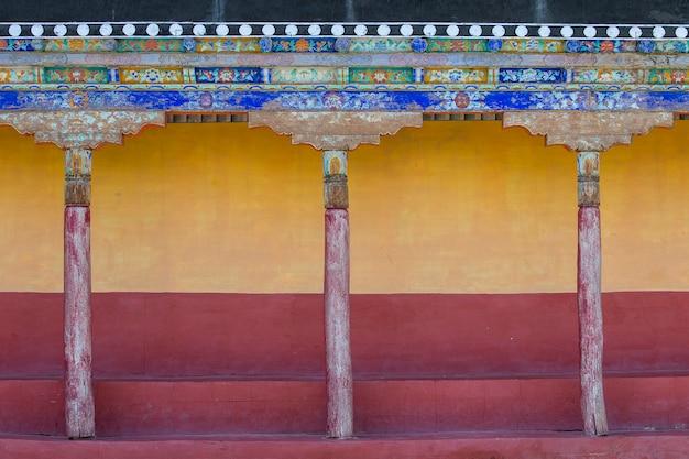 인도 북부 라다크 지역의 산 마을 레 근처 틱시 불교 수도원에 있는 페인트 벽의 세부 사항