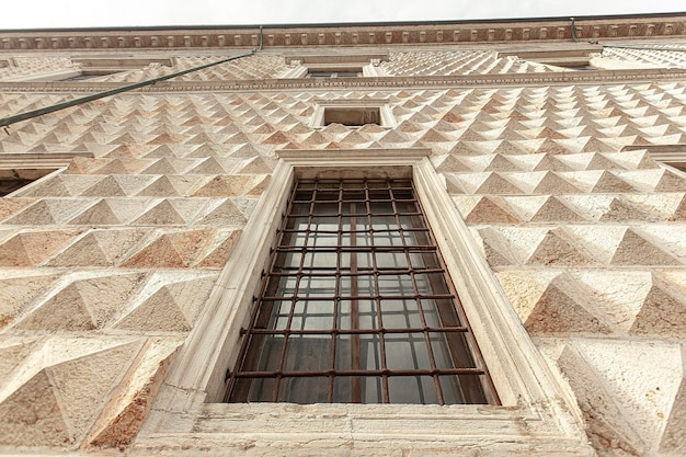 Деталь палаццо деи диаманти, известного исторического здания в ферраре в италии