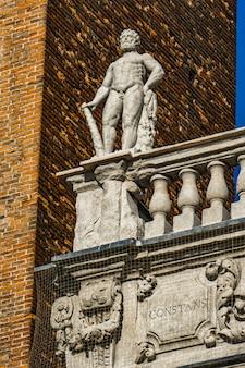 イタリア、ヴェローナのエルベ広場にある神の像のあるパラッツォマフェイの詳細