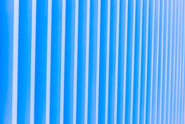 青い背景のパターンストライプメタルファサードの詳細