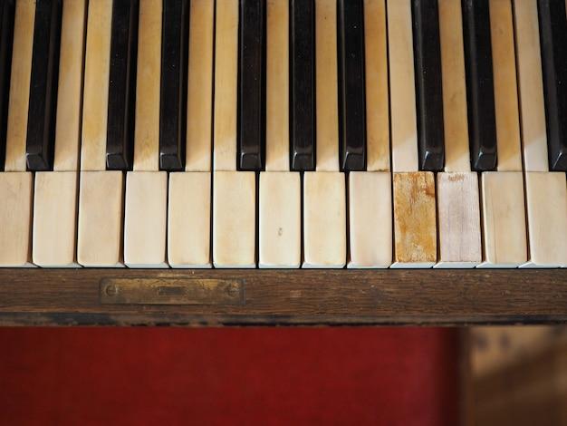 Деталь клавиш клавиатуры пианино