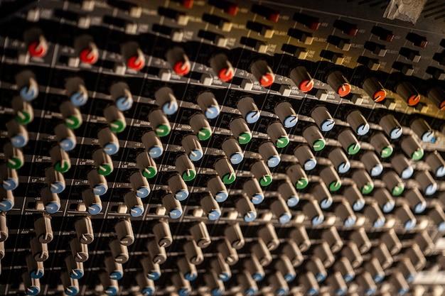 콘서트 관리에 사용되는 다중 채널 오디오 믹서의 전위차계 및 컨트롤에 대한 세부 정보