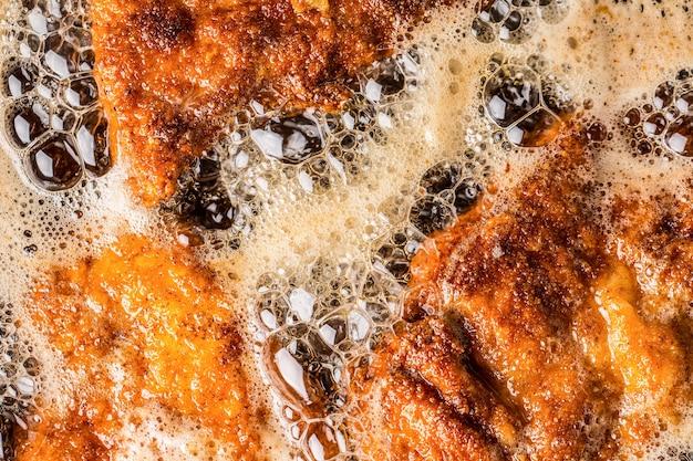 튀김 기름에 지글 지글 빵 부스러기에 슈니첼의 세부 사항.