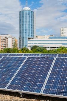 ソーラーパネルの詳細。都市のクリーンエネルギーの概念