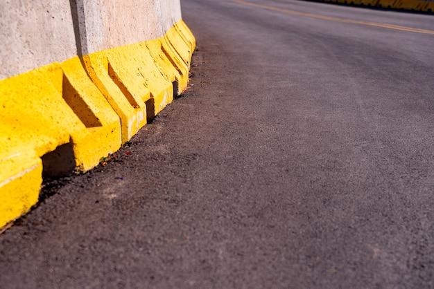새로 포장 된 도로에 임시 콘크리트 바리케이드 벽의 세부 사항