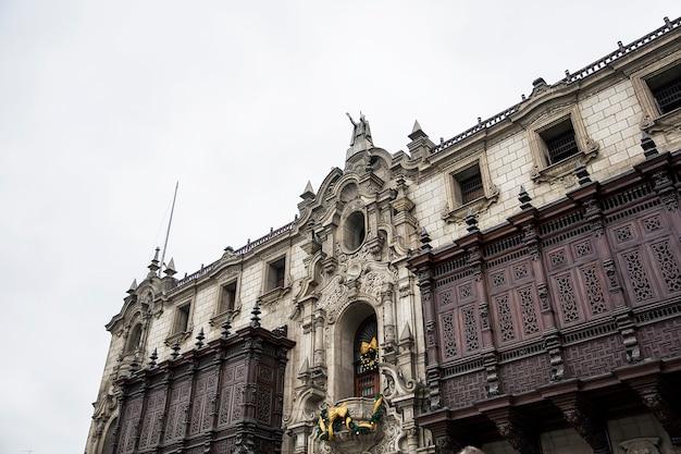 스페인 식민지 부흥 건축 스타일의 페루 리마 대주교의 궁전 세부 사항