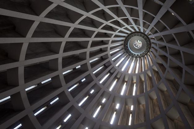 현대 건물의 천장 세부 사항입니다. 외부 햇빛에 의해 형성되는 prespective의 라인. 유용한 배경.
