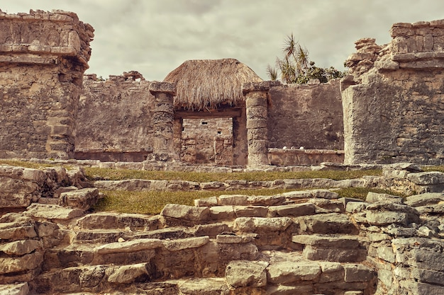 メキシコのトゥルムコンプレックスのマヤ寺院の柱の詳細。