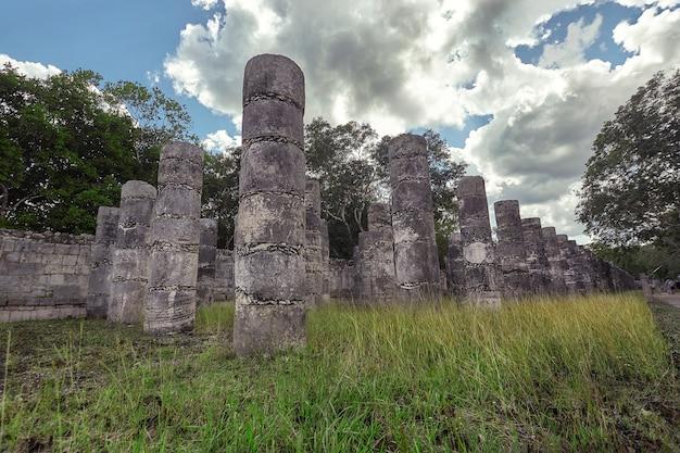メキシコのチチェンイツァの考古学複合施設にある戦士の神殿の柱の詳細