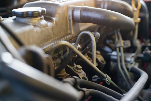 수리 중인 자동차 엔진의 디젤 인젝터의 세부 사항
