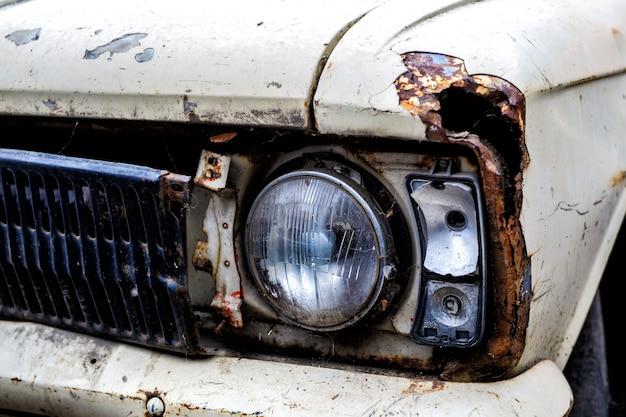 차고에서 오래 된 자동차의 전면 헤드 라이트의 세부 사항