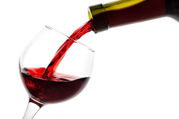 グラスのディテールは赤ワインで満たされています