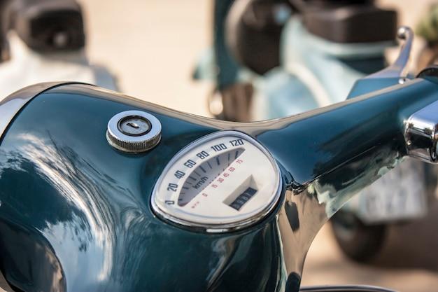 유명한 이륜차 이탈리아어: la vespa의 핸들바와 속도계의 세부 사항. 이탈리아 자동차 역사의 한 조각.