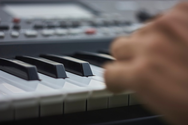 コンサートでライブ演奏しているときの音楽キーボードのキーの詳細。