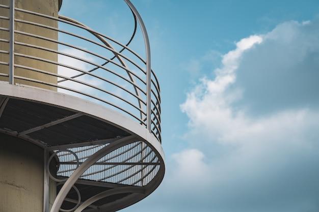 照明塔の金属の手すりの詳細