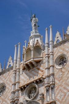 イタリア、ベニスのサンマルコ広場にあるドゥカーレ宮殿の南側にある華やかなファサードの詳細
