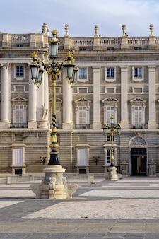 가로등 기둥, 아치 및 신고전주의 스타일을 갖춘 마드리드 왕궁의 외부 안뜰 세부 사항. 스페인.