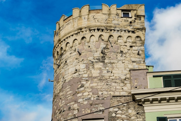 イタリア、ジェノヴァのポルタソプラナの詳細。この記念碑的な門は、1155年に防御壁システムの一部として建てられました