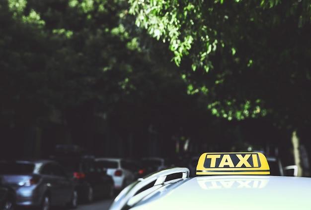 복사 공간과 흐릿한 배경이 있는 거리의 택시 세부 사항