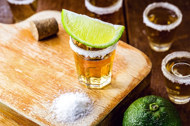 レモンに特に焦点を当てたテキーラドリンクのディテール。メキシコからの典型的な飲み物。