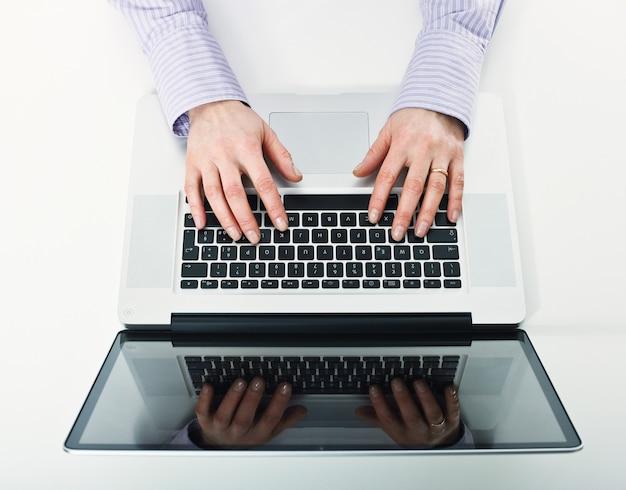 Деталь женщины, работающей с ноутбуком