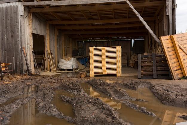 Деталь деревянных досок. деревянные поддоны. древесина. пиломатериалы. стопка новых деревянных досок в лесной промышленности. фото высокого качества