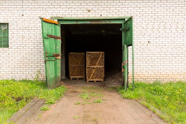 Деталь деревянных досок. деревянные поддоны. древесина. пиломатериалы. стопка новых деревянных досок в деревообрабатывающей промышленности. склад в деревне на ферме. фото высокого качества