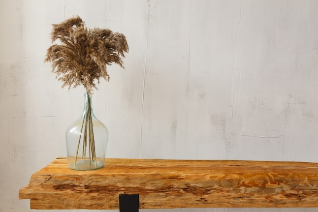 Деталь деревянной подставки из отреставрированных деревянных балок для тв и аудиотехники для дома в стиле лофт
