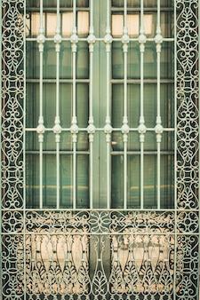 Деталь на антикварной решетке из кованого железа окна