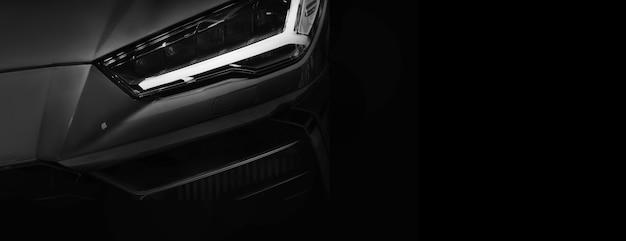 黒の背景にledヘッドライトスーパーカーの1つの詳細
