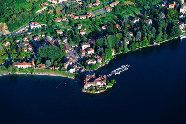 Деталь увиденная от вертолета озера комо lecco в италии