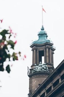 첨탑 왕관 건물의 상세 샷