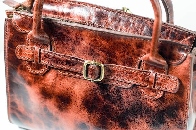 흰색 배경에 디테일 세련된 갈색 에코가죽 가방
