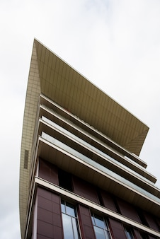 Детализируйте взгляд верхней части современного здания. угловой дизайн формы. абстрактный городской вид с неба. архитектура с острым углом.