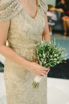 Detail of the wedding dress and its bouquet.
