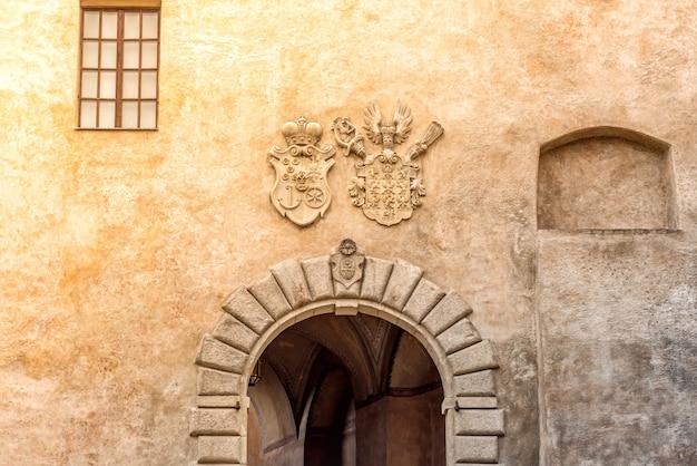 Деталь с гербами знаменитого замка чески-крумлов. южная богемия, чехия