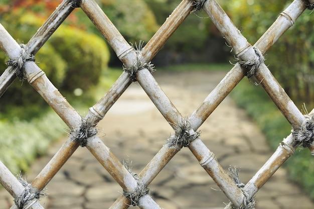 後ろに禅庭がある詳細な竹柵