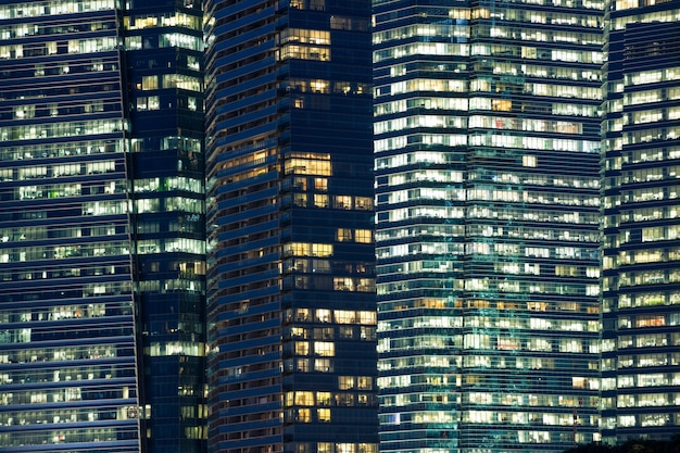 현대 도시의 상세한 야간 창문 패턴