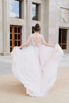 Details of the bride in the wedding dress