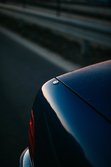 Детали автомобиля с отражением закатного неба