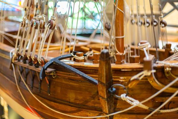 Детали качественной модели старинного парусного корабля из дерева.