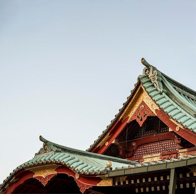 전통적인 일본 목조 사원 지붕의 세부 사항