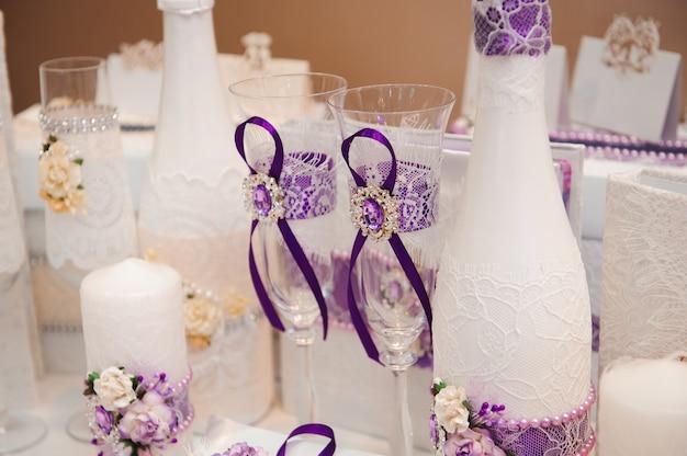 結婚式の宴会の詳細。結婚式の装飾、美しい結婚式の装飾、花