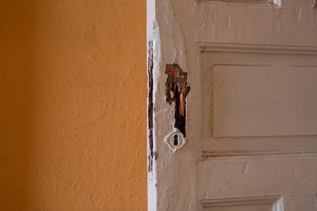빈 버려진 된 오래 된 건물의 흰색 페인트 나무로되는 문의 세부 사항