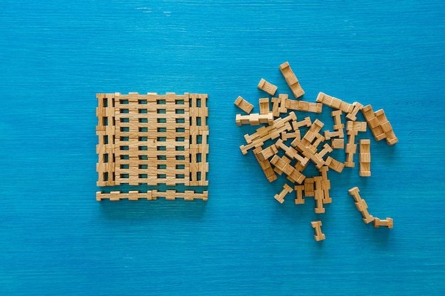 Детали деревянного детского конструктора на синем фоне головоломки деревянных элементов