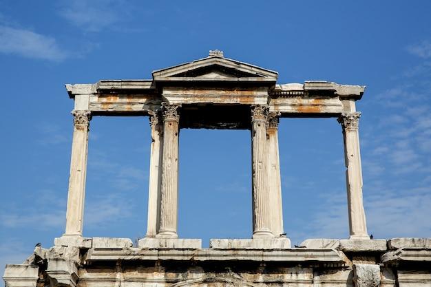 고대 기둥의 세부 사항. 아테네의 아치 프리미엄 사진
